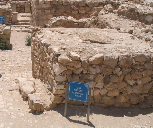 上图:亚拉得(Tel Arad)遗址的祭坛。亚伯拉罕所筑的坛类似这种样式。
