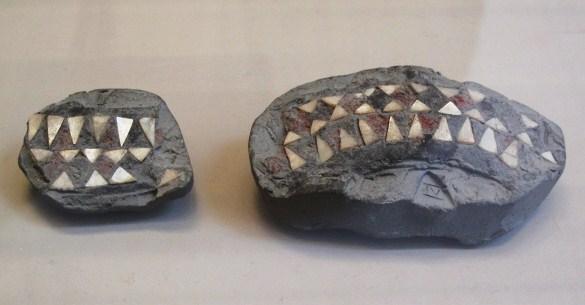 上图:这些镶嵌珍珠的陶瓷碎片附在沥青上。这是巴别塔时代人类使用沥青技术的证据。出土于美索不达米亚,现藏于卢浮宫。