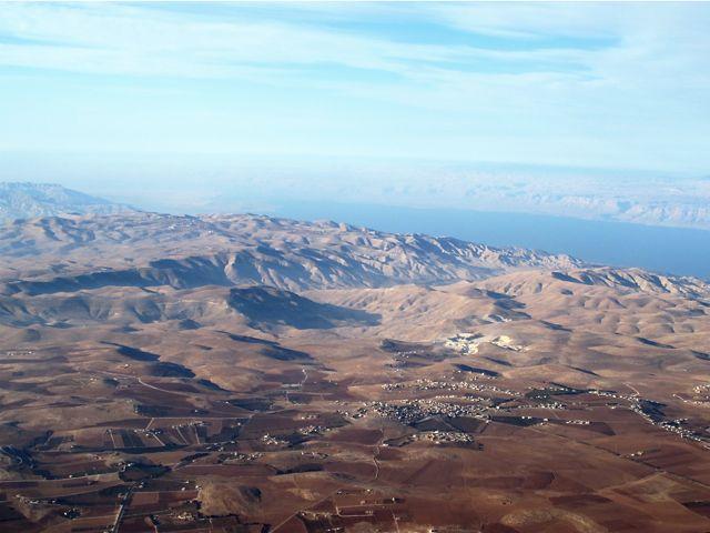 上图:死海东西两岸都是山地。
