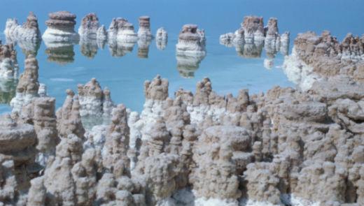 上图:死海南部各种奇形怪状的盐柱很常见。