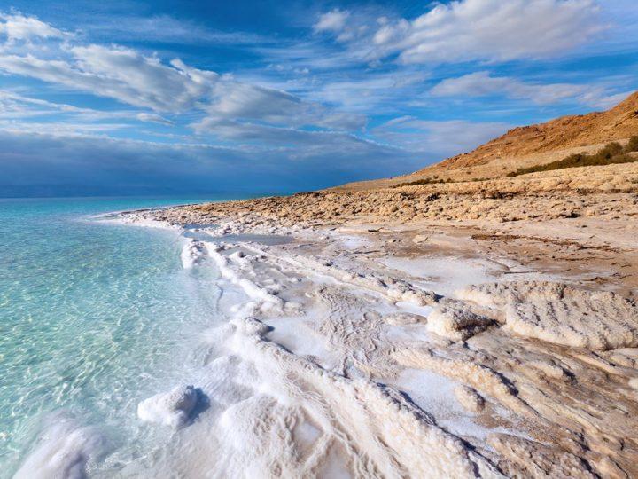 上图:死海岸边的盐。死海位于以色列、西岸地区和约旦之间的大裂谷约旦裂谷,低于海平面424米,是世界上最低的湖泊,死海的湖岸是地球陆地的最低点。汇入死海的主要河流是约旦河,因没有出口,所以含盐量高达34%,是一半海水盐度的9.6倍,鱼类无法生存于水中,但有细菌及浮游生物。