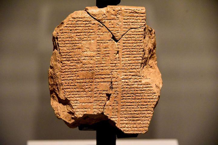 上图:主前7世纪苏美尔《吉尔伽美什史诗 Epic of Gilgamesh》的泥板残片,于1848年至1876年出土于尼尼微亚斯那巴图书馆(Library of Ashurbanipal)的遗址。整篇史诗大约有三千多行,以楔形文字刻在泥版上。苏美尔史诗可能是主前21世纪成形的,史诗的第十一卷记载着大洪水和方舟的故事,与创世记所记载的大洪水和挪亚方舟有许多相似之处,表明大洪水的历史存在于人类文明的记忆中。但吉尔伽美什史诗又加上了许多离奇的故事,表明和古代埃及人、希腊人、中国人、德鲁伊特人、波利尼西亚人、爱斯基摩人、格陵兰人、非洲人、印度人、印第安人等古代文明的洪水灭世传说一样,都是人离开方舟之后,按着自己的形象来造神的结果,并且各民族分散得越远,传说得也越复杂。古巴比伦大洪水神话《阿特拉哈西斯 Atrahasis》与《吉尔伽美什史诗》的主角和剧情都相似。苏美尔和巴比伦的洪水神话中说,诸神停止洪水的原因,是因为他们缺乏人类的祭物,以致饥肠辘辘。诸神从此学到了一课,不敢再用洪水灭世了。但真正的造物主则启示:「我岂吃公牛的肉呢?我岂喝山羊的血呢?你们要以感谢为祭献与神,又要向至高者还你的愿,并要在患难之日求告我,我必搭救你,你也要荣耀我」(诗五十13-15)。