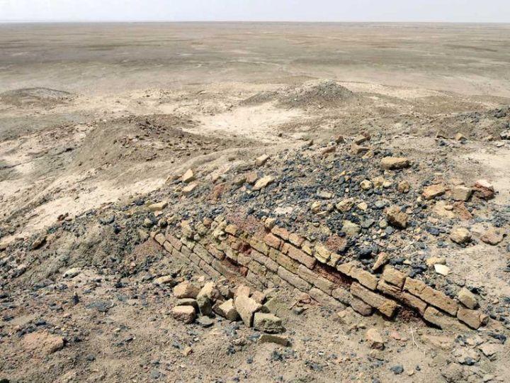上图:主前5400年的埃利都(Eridu)遗址。埃利都是目前发现的美索不达米亚最早的城市,也是世界上最早的城市,以泥砖和芦苇建房,覆盖范围约为8-10公顷,大约有4千人口。埃利都原来位于波斯湾沿岸,数千年时间的泥沙积累使得现在的埃利都遗址已近距离海岸线相当远了。古代城市的创建与国家或民族的成立有十分密切的关系。城市大都在河流、水泉旁边建筑,作为附近贸易、文化、宗教活动的中心,后来成为城邦或政治中心。兴建城市和定期维修泥砖城墙所需的组织能力,促进了统治城市的议会或君主体制的形成。