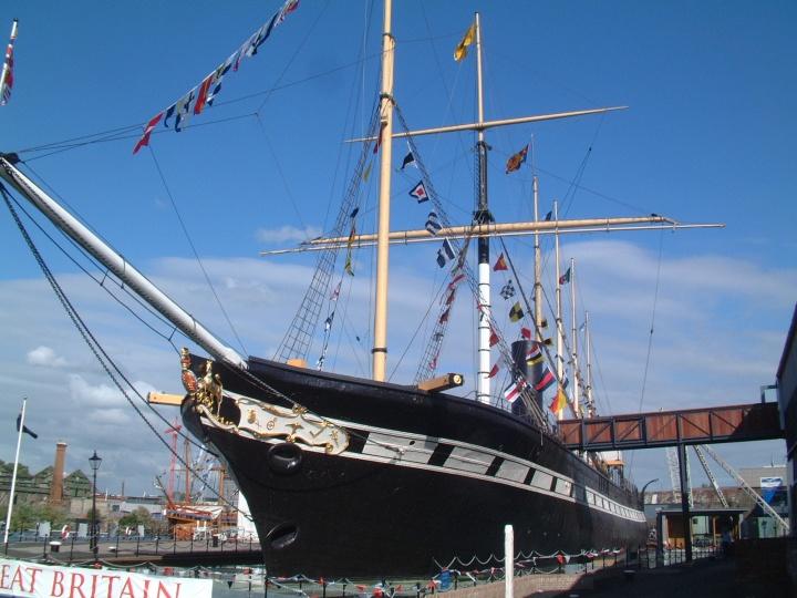 上图:停泊的布里斯托港的大不列颠号。布鲁内尔(Isambard Kingdom Brunel)(1806-1859年)是一位伟大的英国工程师,在2002年英国广播公司举办的「最伟大的100名英国人」评选中名列第二。他于1845年主持建成的第一艘横跨大西洋的蒸汽船大不列颠号(SS Great Britain),被誉为英国航海史上的一个奇迹,圆了无数欧洲人的移民梦,仅用14天就能从英国到达纽约,6周就能从英国到达澳洲。大不列颠号的长、宽、高(98×15.5×10米)比例与挪亚方舟(300x50x30肘)的比例几乎完全相同 。无数的造船专家经过多次失败,才知道按照方舟的比例造船最能抵御风浪。方舟并不是为高速行驶而设计的,神所指示的尺寸是保证稳定、防止颠簸和滚动的最佳比例。