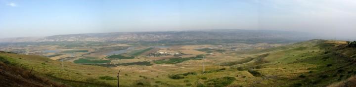 上图:现代约旦河谷全景,靠近约旦河的地方还是滋润的。