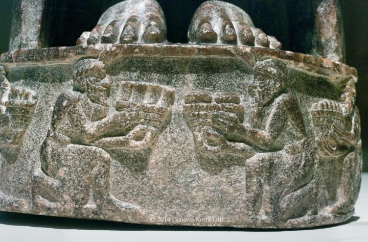 上图:吾珥出土的主前2110年宁吉尔苏(Ningirsu,即尼努尔塔Ninurta)神像的底座,现藏于卢浮宫。这座雕像的底座反映了当时的习俗:胜利者把脚放在他的敌人的头上(书十24;诗一百一十1)。
