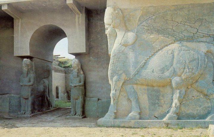 上图:亚述纳西拔二世(Ashurnasirpal II,主前883-859年)王宫入口的半人半兽怪物拉玛苏(Lamassu),位于当时的亚述首都宁录(Nimrud),即宁录所建的「迦拉」(创十12),2015年被ISIS恐怖组织炸毁。