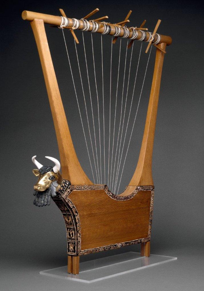 上图:主前2600年的「王后的里拉琴Queen's Lyre」,出于于亚伯拉罕的老家吾珥,现藏于大英博物馆。主前4000-3000年,古代埃及和吾珥就出现了箫、琴、瑟、笛等乐器。古代中东古墓和庙宇、王宫的壁画表明,古代最常用的乐器是琴和瑟。