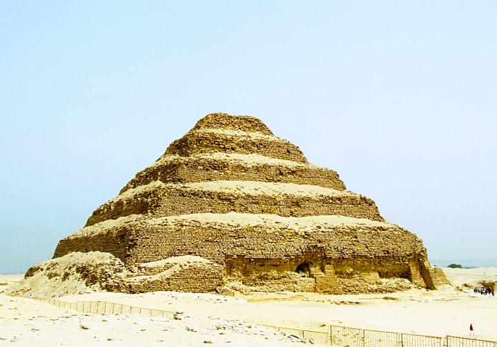 上图:左塞尔金字塔(Pyramid of Djoser),约建于主前2667-2648年的古埃及第三王朝时期。左塞尔金字塔是埃及的第一座金字塔,高62米,底边为109米×125米,外部是白色抛光石灰石。这样一个庞大而精心雕琢的石造建筑,需要巨大的人力、物力和国家对资源的控制、管理能力。这表明亚伯兰到达埃及之约前600年,埃及的文明已经相当繁荣。