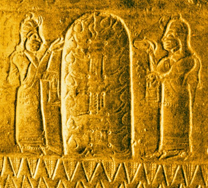 上图:亚述强敌乌拉尔图(Urarṭu)人的生命树,来自阿尔吉什提一世(Argishti I,主前786-764年在位)时代的铜盔残片,出土于亚美尼亚首都附近的特什拜尼(Teishebaini)。乌拉尔图位于黑海东南部和里海西南部的亚美尼亚高原。「生命树」的记忆存在于各个古代文明之中,以不同的形式出现在古代苏美尔人、埃及人、巴比伦人、亚述人、中国人、印度人和乌拉尔图人等许多古代文明的文献和遗址里。这从侧面佐证人类的祖先都来自伊甸园。