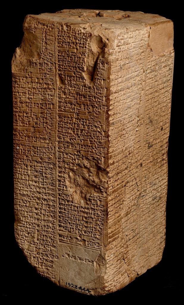 上图:主前2000-1800年的韦尔德-布伦德尔立柱(Weld-Blundell Prism),上面用楔形文字刻有《苏美尔王表 The Sumerian King List》,现存于英国牛津大学阿什莫林博物馆艺术与考古博物馆(Ashmolean Museum of Art and Archaeology)。《苏美尔王表》是一份古代文献,发现于美索不达米亚各地,使用苏美尔语书写,目前发现总共有16份,内容基本相同。上面所列的洪水之前的每个王都统治了2-4万年,洪水之后的每个王统治的时间从1200年逐渐降到几年。虽然《苏美尔王表》中有许多夸大的地方,但洪水之前和洪水之后的年龄的相差比例,与创世记的家谱接近。