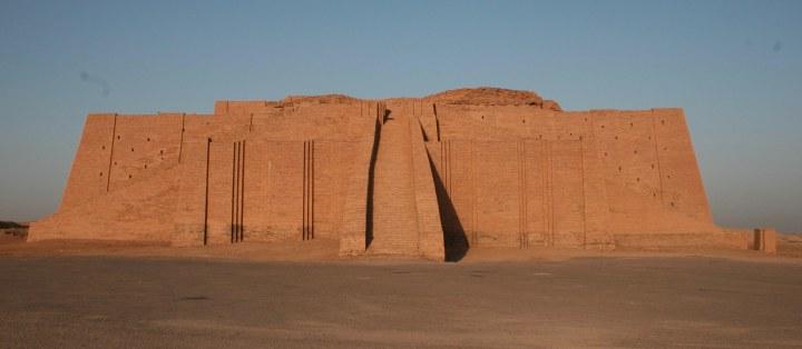上图:吾珥城的月神塔庙(Ziggurat),是一座两层高的砖建筑物,下层的砖用沥青结合,上层的砖用灰胶结合。这座神庙基本被保存了下来,现已被复原。吾珥是苏美尔人敬拜月神辛(Sin,苏美尔语 Nanna)的中心,吾珥第三王朝时期,乌尔纳姆在吾珥修筑了城墙、兴建了巨大的神庙,使吾珥进入了最繁荣的时期。