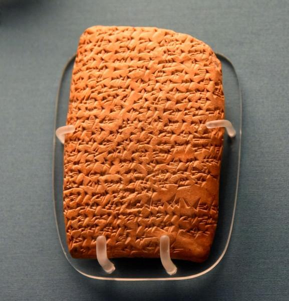 上图:埃及阿马尔奈文书(Amarna letters)是一批刻在泥板上的书信,以楔形文字写成,大部分是主前16-11世纪古埃及新王国时期的外交书信。其中一些信中多次提到诸侯「七次又七次地用背和胃向法老俯伏」。
