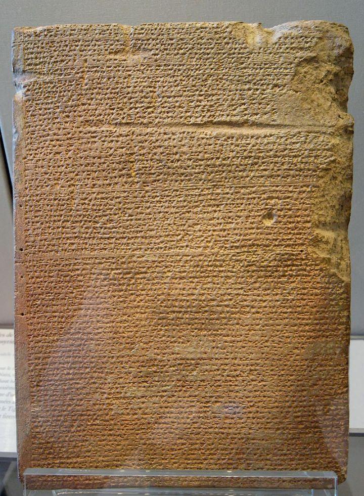上图:亚述王图库尔蒂-尼努尔塔二世(Tukulti-Ninurta II,主前891-883年在位)的年鉴石碑,现藏于卢浮宫博物馆。根据记载,美索不达米亚城市因达努(Hindanu)献给图库尔蒂-尼努尔塔二世的贡物是骆驼30只、牛50只、驴30匹、羊200只,以及一他连得没药。相比之下,雅各送给以扫的礼物有骆驼60只、牛50只、驴30匹,山羊220只、绵羊220只,数量更大。