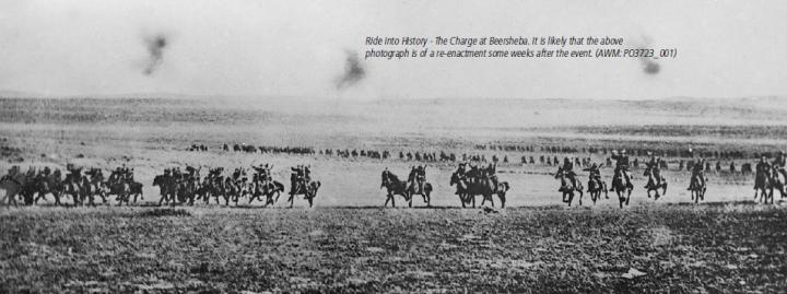 上图:1917年10月31日,英军澳大利亚轻骑兵旅绕道东面,从防守松懈的沙漠发起了史上最后一次成功的骑兵冲锋。在机关枪的时代,骑兵只是骑马的步兵,骑马到前线、下马投入战斗。但这些远道而来的骑兵却没有停下来,而是出人意外地直接发起冲锋,用刺刀当军刀。困惑的土耳其守军甚至都忘了重新设定步枪标尺,以致大部分子弹都从骑兵们头顶飞过。骑兵们不到一个小时就占领了别是巴,大部分水井都未被毁坏。虽然别是巴的水井并不足以供应数万英军及其马匹,但神的手进行了干预,战前6天下了雷雨,地上留下了许多水塘,解决了英军马匹的饮水问题。
