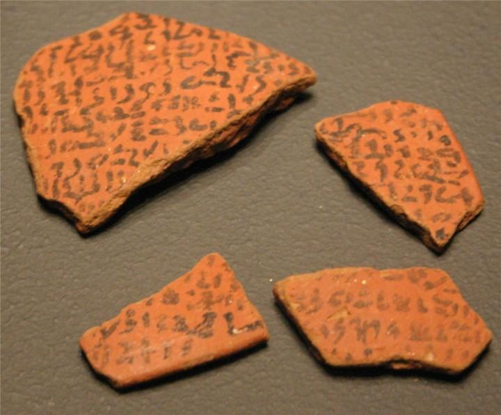 上图:主前27-11世纪的埃及都出土了碎陶咒诅文献(Execration Texts)。埃及法老把敌国统治者或城邑的名字写在瓦器上,然后把它打碎,表示咒诅。
