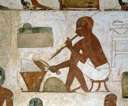 上图:古埃及壁画,一个金匠正在用泥炉冶炼金属。