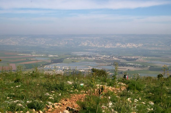 上图:从应许之地远眺约旦河谷东面的基列山脉。