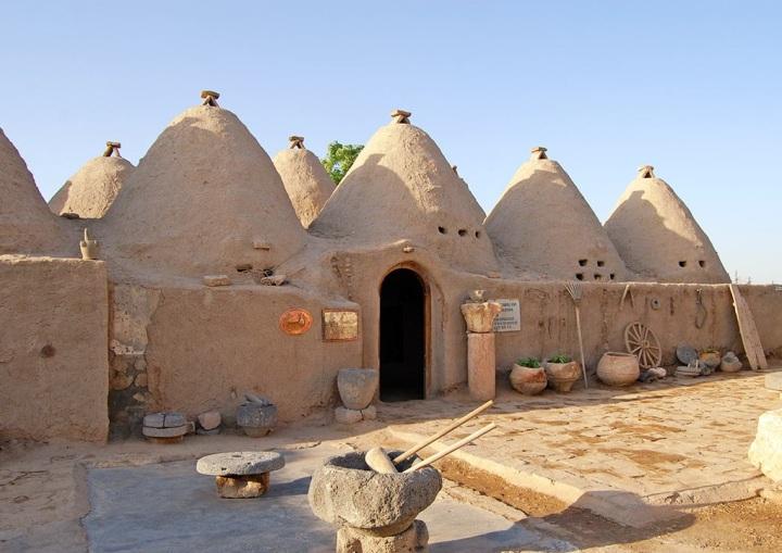 上图:哈兰传统的蜂巢房(Harran Beehive Houses),这种建筑样式至少有3000多年的历史,由粘土砖和土制成。蜂巢的形状可以抵挡炎热、保持凉爽空气,还可以抵抗地震、暴风和季节性暴雨。
