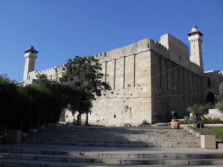 上图:麦比拉洞(Cave of Machpelah),又名列祖之洞(Cave of the Patriarchs),位于一座希律王时代的犹太建筑改建而成的易卜拉欣清真寺下方,在希伯仑旧城中心。圣经和古兰经都提到,该洞及周围是亚伯拉罕所购买的一块家族坟地(创二十三17-19)。