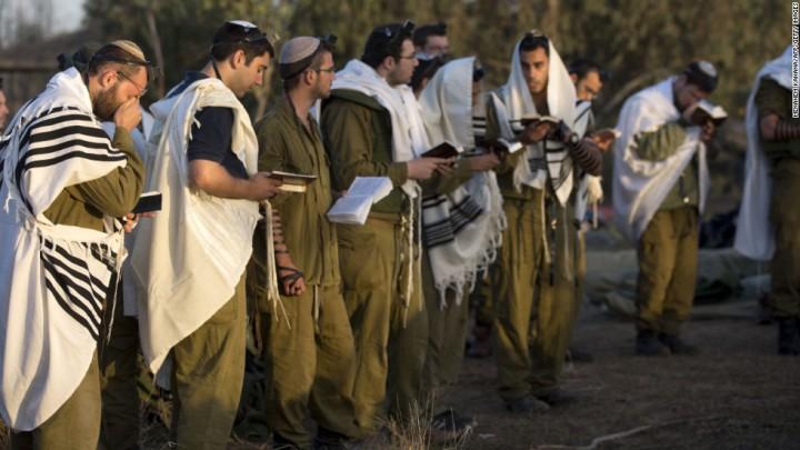 上图:一群以色列国防军士兵在晨祷。