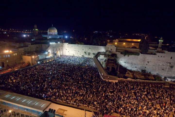 上图:赎罪日晚上在哭墙的晚祷。