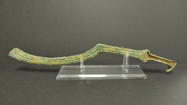 上图:耶路撒冷附近出土的主前1500年的牛腿刀(Khopesh),长58厘米,主前2500-1300年在埃及和迦南地流行,早期用青铜制作,后期用铁制作。牛腿刀的形状像牛腿,适合劈砍,是中王国和新王国时期埃及军队的标志性装备,以色列人征服迦南时也使用这种刀。