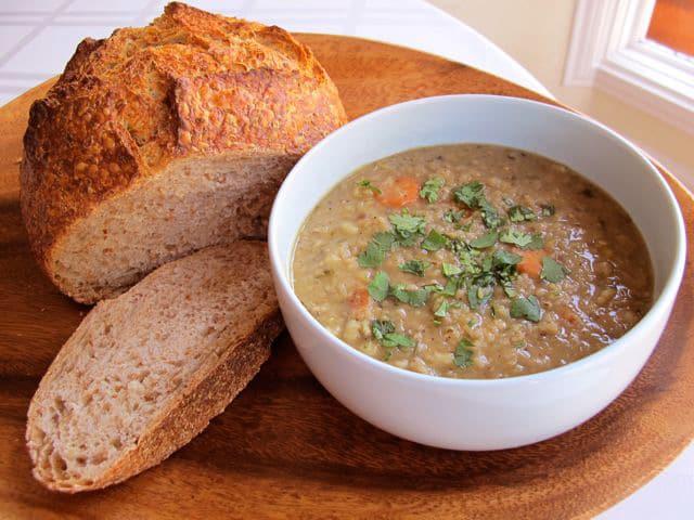 上图:以色列的红豆汤,是用扁豆和大麦混煮成的稀粥。