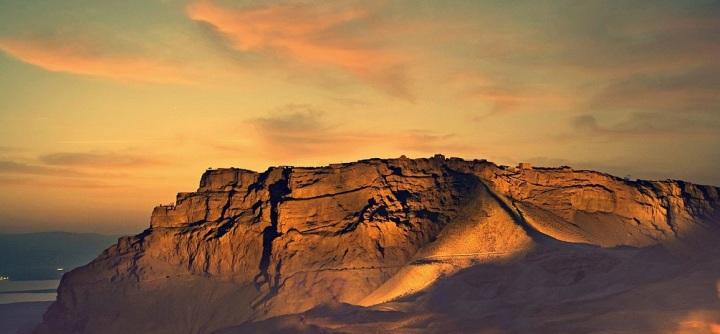 上图:世界遗产马萨达(Masada)是犹大旷野与死海交界处的一座岩石山顶,位于大卫躲藏的隐·基底(撒上二十三29)南边22公里。马萨达东侧悬崖高约450米,西侧悬崖高约100米,山顶平整,道路险峻,是以色列最有名的一个「高台」,也是大卫写诗时最容易联想到的「高台」(撒下二十二3)。