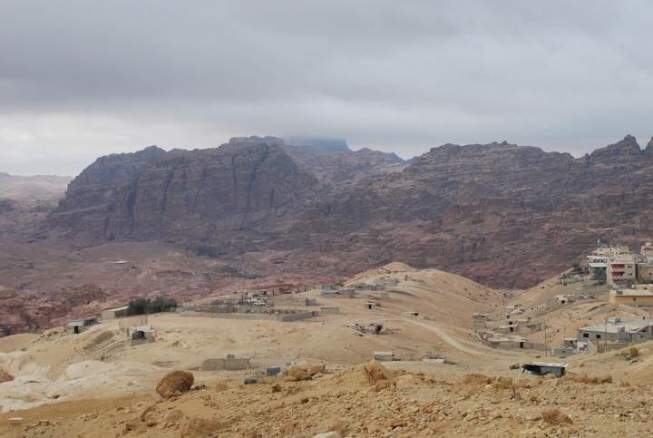 上图:以扫的后裔以东人居住的西珥山,是从死海东南方到红海亚喀巴湾以北的山地,南面与沙漠接壤。全地崎岖凹凸不平,雨量稀少,北部偏西有牧场。