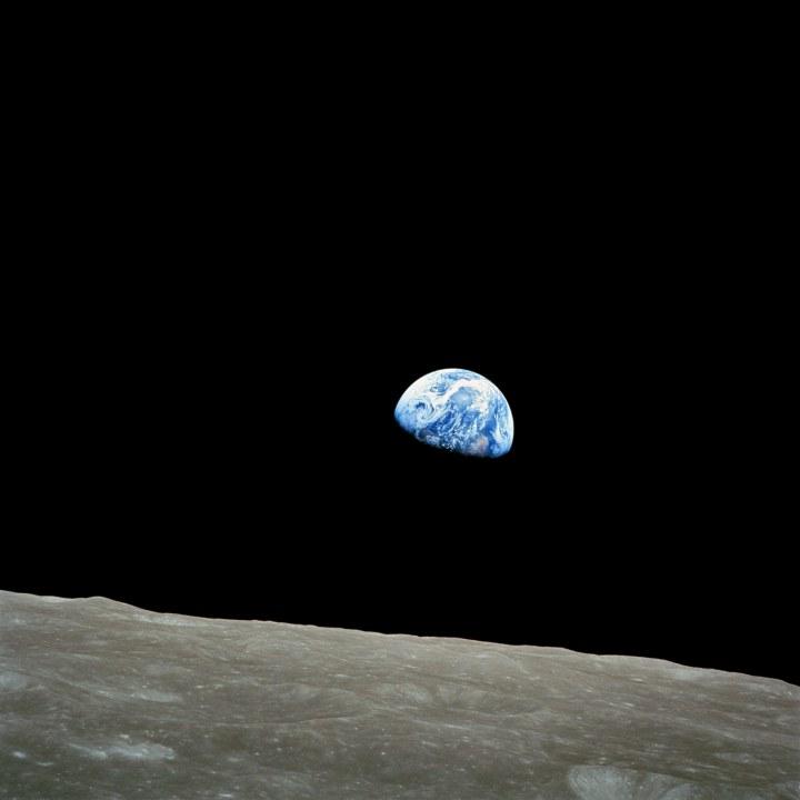 上图:1968年12月24日圣诞夜,阿波罗8号宇航员William Anders从环月轨道上拍摄的地球照片。阿波罗8号是人类首次环绕月球轨道的载人航天任务。1968年12月24日,阿波罗8号向地球进行了实况电视转播,全世界有四分之一人口观看。阿波罗8号上的三位宇航员朗读了KJV版创世记第一章1-10节,令全世界震惊。以下是三位宇航员的电视转播全文: William Anders: 阿波罗8号有一个给地球上所有人的消息。起初神创造天地。地是空虚混沌。渊面黑暗。神的灵运行在水面上。神说,要有光,就有了光。神看光是好的,就把光暗分开了。 James Lovell:神称光为昼,称暗为夜。有晚上,有早晨,这是头一日。神说,诸水之间要有空气,将水分为上下。神就造出空气,将空气以下的水,空气以上的水分开了。事就这样成了。神称空气为天。有晚上,有早晨,是第二日。 Frank Borman:神说,天下的水要聚在一处,使旱地露出来。事就这样成了。神称旱地为地,称水的聚处为海。神看是好的。这里是阿波罗8号,在结束时,我们想说晚安,好运,圣诞快乐,上帝保佑你们,在地球上的每一个人。