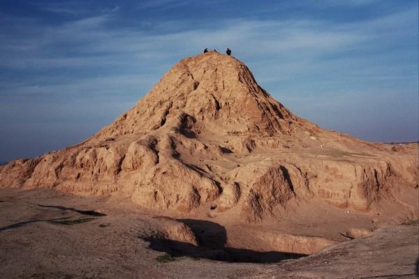 上图:主前9世纪亚述首都宁录城的塔庙遗迹。每个美索不达米亚早期城市都有一个塔庙,作为城市守护神从天而降的阶梯。目前已经发现了25处塔庙遗迹。塔庙于主前4000年由苏美尔人的高台演化而来,苏美尔人、巴比伦人、埃兰人、阿卡德人和亚述人都曾建造塔庙,高度从两层到七层不等。塔庙的造法基本相同,内部用晒制砖填充,每隔一定高度就铺上一层芦苇席,外壳以沥青作胶泥,用烤制砖砌成。
