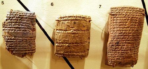 上图:美索不达米亚古城努斯(Nuzi)出土的努斯石版,已发现5000多块,大都是主前14-15世纪的法律和商业文件,印证了创世记中许多记录的民俗和法律背景。其中一块石版记录,一位名叫Tupkitilla的人把他一个果园的继承权转让给他的兄弟Kurpazah,交换3只羊。以扫为了一碗红豆汤把长子的名分卖给雅各,也就是转让他作为长子所额外拥有的继承权。