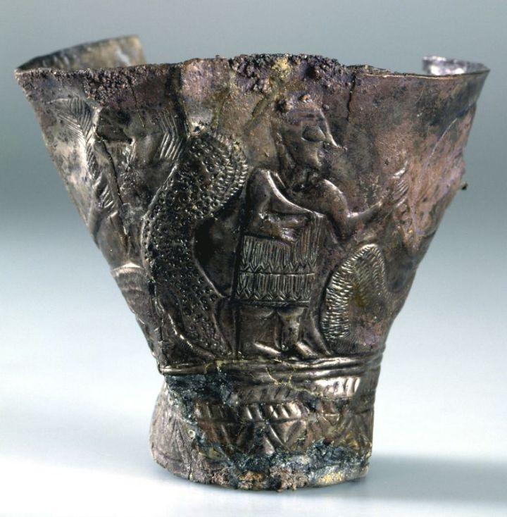 上图:主前2300-2000年迦南地精致的高脚银杯,上面画着各种神话故事,可能是从亚兰带到迦南地的传家宝。现藏于耶路撒冷的以色列博物馆(The Israel Museum, Jerusalem)。