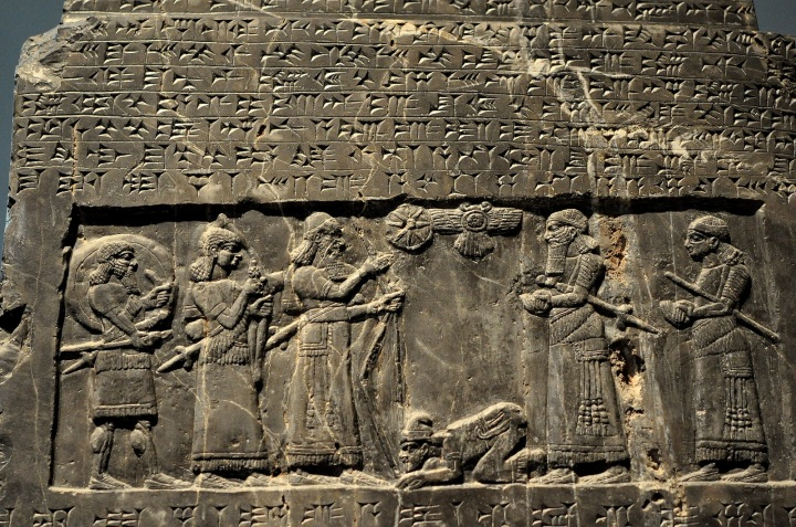 上图:被征服者亲吻征服者的脚,是古代中东的习俗。出土于宁录(Nimrud)的黑色方尖碑(Black Obelisk)的顶部,刻着伊朗西北部的Gilzanu王Sua向亚述王撒缦以色三世(Shalmaneser III,主前859–824年在位)进贡,并亲吻亚述王的脚。现存于大英博物馆。