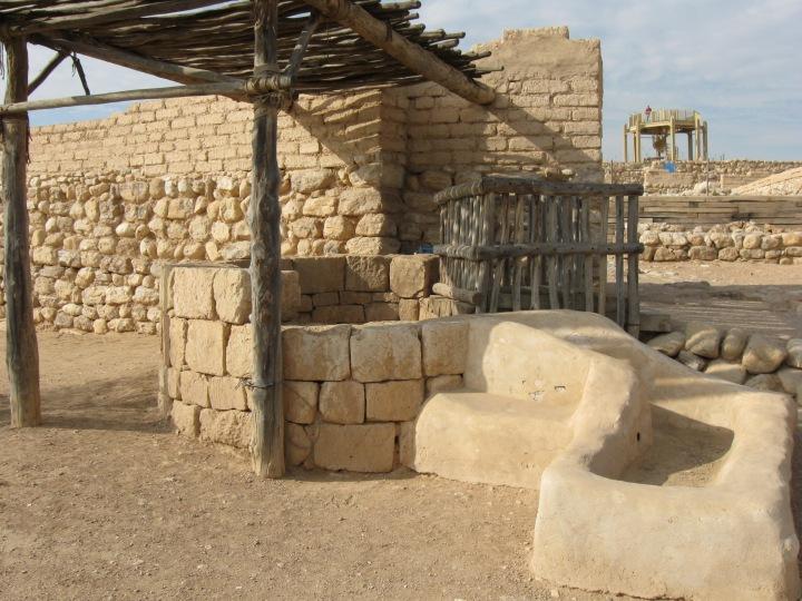 上图:别是巴遗址城门口的井。中东的井通常都把井口做高,而且放上大石(创二十九1-3),以避免牲畜掉进去。