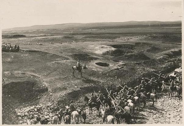 上图:在第一次世界大战的别是巴战役(Battle of Beersheba)中,德国司令统帅的奥斯曼土耳其帝国军队在别是巴修筑战壕抵挡英军埃及远征军。别是巴是加沙和耶路撒冷的屏障,南面和东面都是沙漠,48小时路程之内没有水源,只有别是巴有足够的水井。除非英军能迅速夺取这些水井,否则土耳其人就会毁掉它们,迫使英军因缺水而撤退。