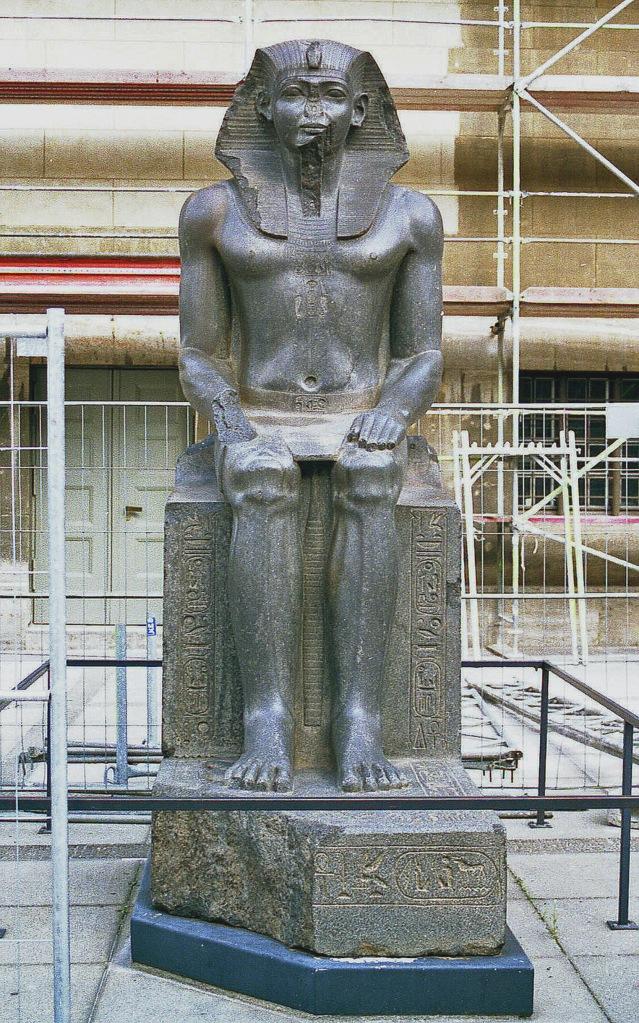上图:古埃及第十二王朝法老阿蒙涅姆赫特二世(Amenemhat II)坐像,现藏于柏林Pergamon博物馆。主前1899年,约瑟被卖到埃及,埃及正处于第十二王朝期间(主前1991-1802年),阿蒙涅姆赫特二世于主前1929-1895年在位当政。