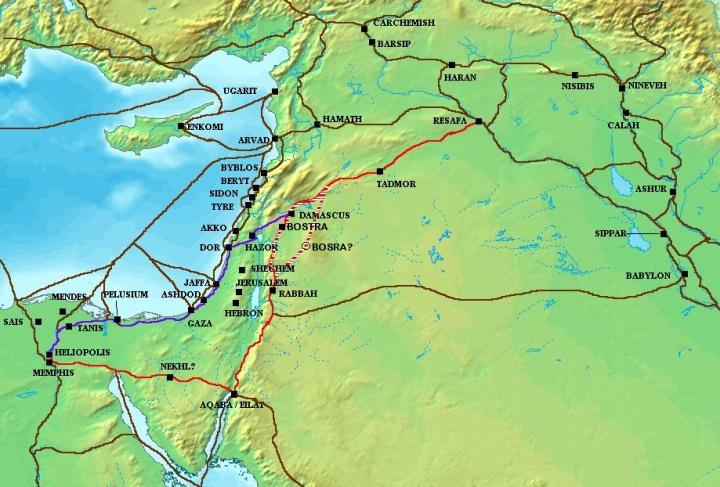 上图:古代大马士革和与埃及之间的商道,紫色是「沿海的路」(The Via Maris),红色是「王道」(The King's Highway)。约瑟被卖到埃及走的是「沿海的路」(赛九1),以色列人出埃及进迦南最后一段走的是「王道」(民二十17;二十一22)。贸易是古代中东各大文化的重要部分,商旅根据各地的地形、政治状况和潜在市场长期走出的路线称为贸易商道(Trade Routes),商道沿线的城市为商人们提供保护、资源和市场。 埃及与大马士革之间的第一条主要商道被称为「沿海的路」,由尼罗河畔的孟斐斯(Memphis)开始,向东横过西奈半岛北部,再转北行经迦南的沿海平原,然后向东经过米吉多、耶斯列谷、夏琐,最后向东北通往大马士革,接上美索不达米亚的贸易主干道。 另一条主要商道名叫「王道」。从阿拉伯北上的商旅走这条路,在红海港口以旬迦别走约旦高原,经过以东、摩押、亚扪,在大马士革与主干道会合。