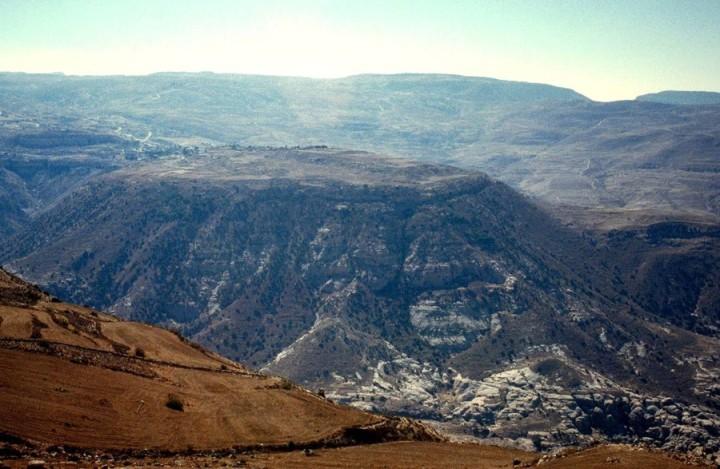 上图:波斯拉(Bozrah)三面悬崖,地势险要,防守坚固,控制从以旬迦别来的南北王道,主前800年左右是以东的首府。先知以赛亚、耶利米和阿摩司用波斯拉来代称整个以东(赛六十三1;耶四十九13;摩一12)。