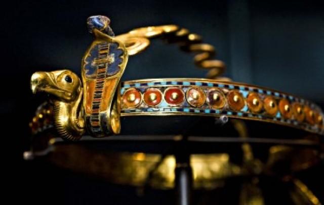 上图:古埃及第十八王朝图坦卡蒙法老(Tutankhamun,主前1332–1323年在位)王冠上的眼镜蛇乌拉厄斯(Uraeus),是法老的守护神。
