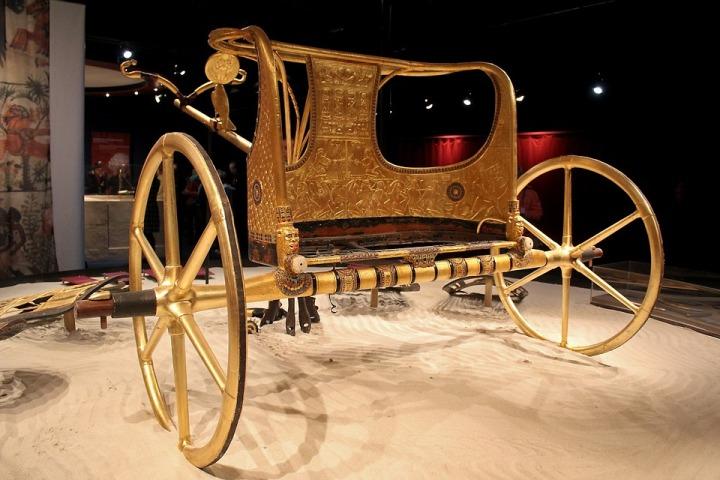 上图:古埃及第十八王朝图坦卡蒙法老(Tutankhamen,主前1332–1323年)的金马车。