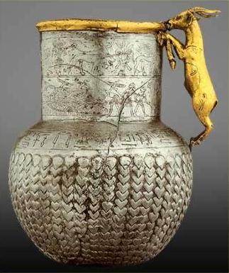 上图:主前13世纪古埃及的银瓶,出土于Tell Basta。钱币要到主前六世纪才发明,古代的贸易是用贵金属、宝石、香料、香以及其他奢侈品按重量以货易货。银子在古代世界每个地方都是很普遍的贸易品,埃及没有天然银矿,所以银子很受欢迎。