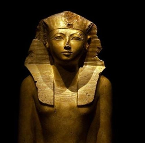 上图:古埃及第十八王朝女法老哈特谢普苏特(Hatshepsut,主前1478–1458年在位)。图特摩斯二世并非嫡子,所以与他的异母姐姐、图特摩斯一世嫡女哈特谢普苏特结婚,以使他的统治合法化。婚后三年,图特摩斯二世突然死亡,哈特谢普苏特成为法老。哈特谢普苏特执政的期间,停止了对外战争、注重贸易,埃及变得繁华富庶,大规模建筑神庙。神说对摩西说「寻索你命的人都死了」(出四19),可能包括图特摩斯二世和女法老哈特谢普苏特。