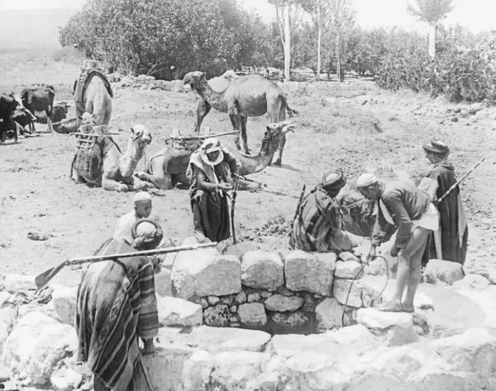 上图:一群贝都因人和他们的骆驼在多坍遗址(Tel Dothan)的一个坑旁边,这可能就是约瑟被扔进去的坑,摄于1900年。多坍谷有很多这样的坑,用来储水饮牛羊。