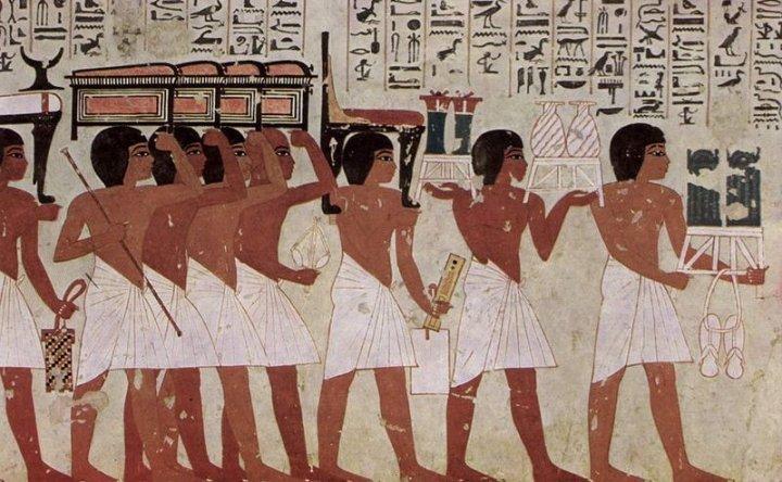 上图:古埃及下层男人的服装,上身赤裸,下身只有一件白色亚麻的缠腰布(Loincloth)。由于气候炎热潮湿,古代埃及人穿得很少,主要服装材料是亚麻布,原料并不充足,所以古埃及人的服装属于贵重物品,只有上层人士才能穿凉鞋。古王国时期的缠腰布长度一般在膝盖以上,中王国时期缠腰布变长。