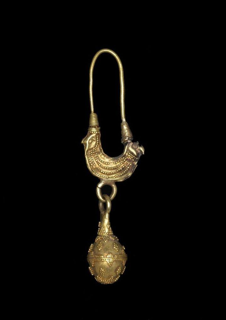 上图:主前7-6世纪的腓尼基耳环。上面的双头鹰形象是模仿古埃及爱神哈索尔(Hathor)的宽领子。