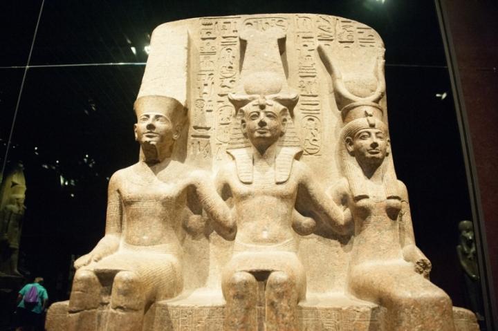 上图: 古埃及第十九王朝法老拉美西斯二世(Ramesses II,主前1279–1213年) 与阿蒙神(Amun)、姆特神(Mut)手挽手的雕像,现藏于意大利都灵埃及博物馆(Egyptian Museum of Turin)。古埃及法老自认为是太阳神在地上的代表和化身,死后会变成神。从古埃及中王国时期(Middle Kingdom Period,主前2055-1650年)到新王国时期(New Kingdom Period,主前1550-1077年),法老常常用「手」来比喻他们的军事力量,而第十八王朝的法老常常用「大能的手」作为自己的称号,例如: 图特摩斯二世(Thutmose II,主前1493-1479年在位) 自称「Great of Power, Mighty of Arm」,图特摩斯三世(Thutmose III,主前1479-1425年在位)自称 「Great of Arm」,阿蒙霍特普二世(Amenhotep II,主前1427-1401年在位)自称 「He is a god whose arm is great」、「Good god, strong of arm who achieves with his arms」,图特摩斯四世(Thutmose IV,主前1401-1391年在位)自称「The good god, brave and vigilant, a champion without equal who achieves with his arms」,图坦卡蒙(Tutankhamun,主前1332-1323年在位)自称「The good god, son of Amun, a champion without peer, possessor of a mighty arm who tramples hundreds of thousands」。直到第三中间期(主前1069年以后),这种自称才逐渐减少。