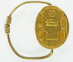 上图:古埃及第十二王朝法老辛努塞尔特三世(Senusret III,希腊人称之为Sesostris III)的圣甲虫形戒指,现藏于纽约大都会艺术博物馆。辛努塞尔特三世于荒年的第二年即位,加强了中央政权,削弱了贵族的权势和影响。