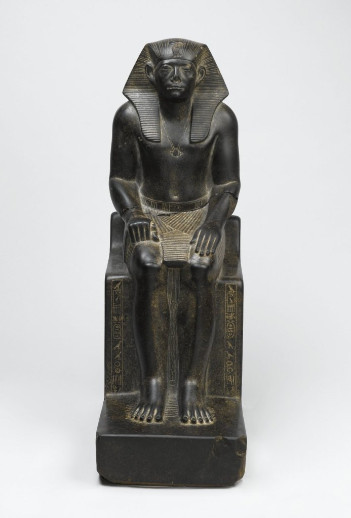 上图:辛努塞尔特三世像,现藏于布鲁克林博物馆。辛努塞尔特三世(Senusret III,希腊人称之为Sesostris III)于主前1878-1839年在位。根据历史记载,辛努塞尔特三世巩固埃及统治,积极促进改革,加强中央政权,削弱贵族的权势和影响。根据圣经,他于荒年的第二年即位,约瑟很可能是在最后一个荒年用粮食换取了全埃及的土地,增强了中央政权,与历史记载相符。荒年的第三年,即主前1877年,以色列全家下埃及。主前1860年,雅各在埃及去世,也在辛努塞尔特三世统治期间。